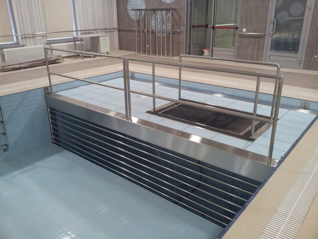 Movable floor with underwater treadmill