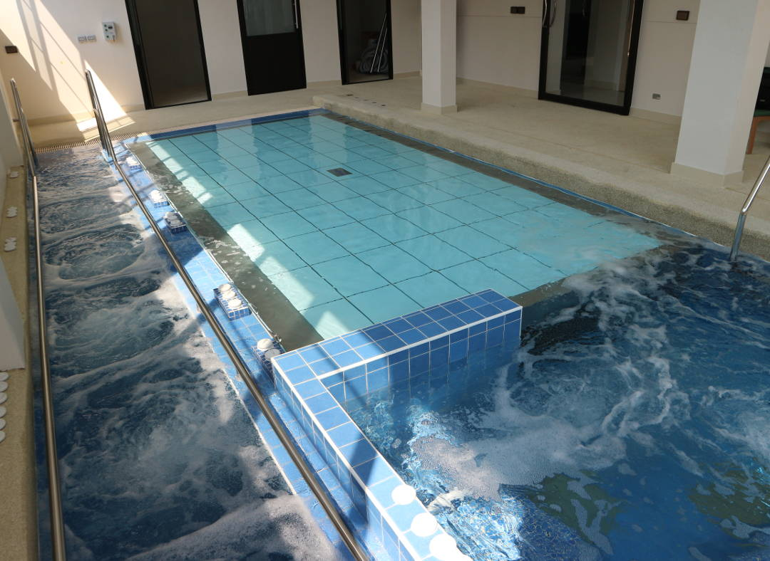 movable swimming pool floors for rehabilitation pools in
